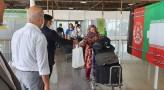 مردم مشهد با اهدای دسته های گل و بسته های مواد بهداشتی و شیرینی و میوه از مسافرین افغان در میدان هوایی مشهد استقبال کردند